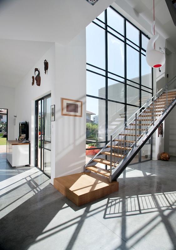 מדרגות שתי קורות ישרות, חיפוי עץ ומעקה מתכת