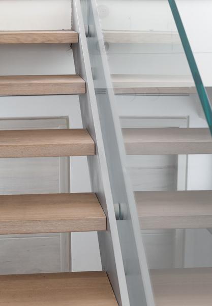 מדרגות שתי קורות ישרות, חיפוי עץ ומעקה זכוכית