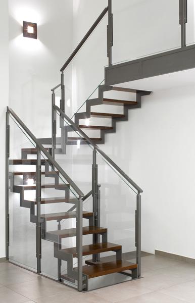 חלל תעשייתי שעבר הסבה והפך לבית מגורים יפהפה. מדרגות מדורגות בחיתוכי לייזר