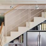 מדרגות מדורגות בחיתוכי לייזר. חיפוי עץ ומעקה מתכת ועץ