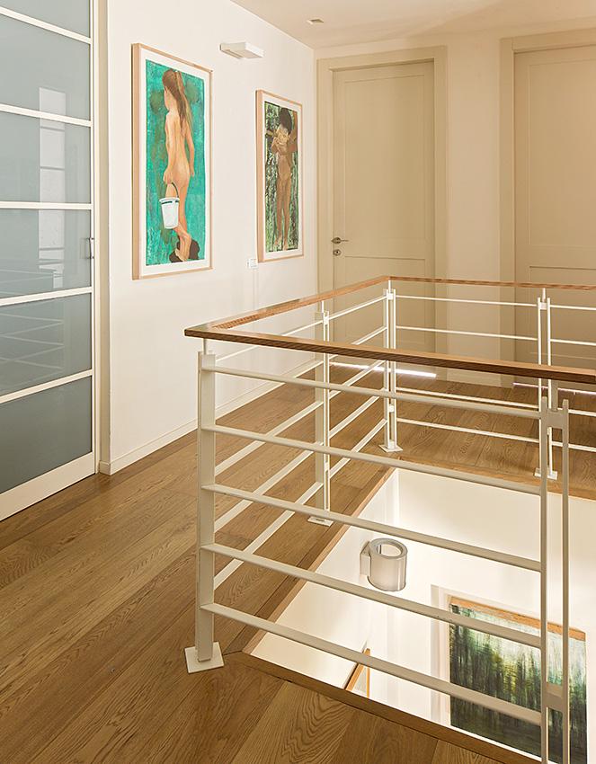 מדרגות מתכת מדורגות עם חיפוי עץ ומעקה מתכת