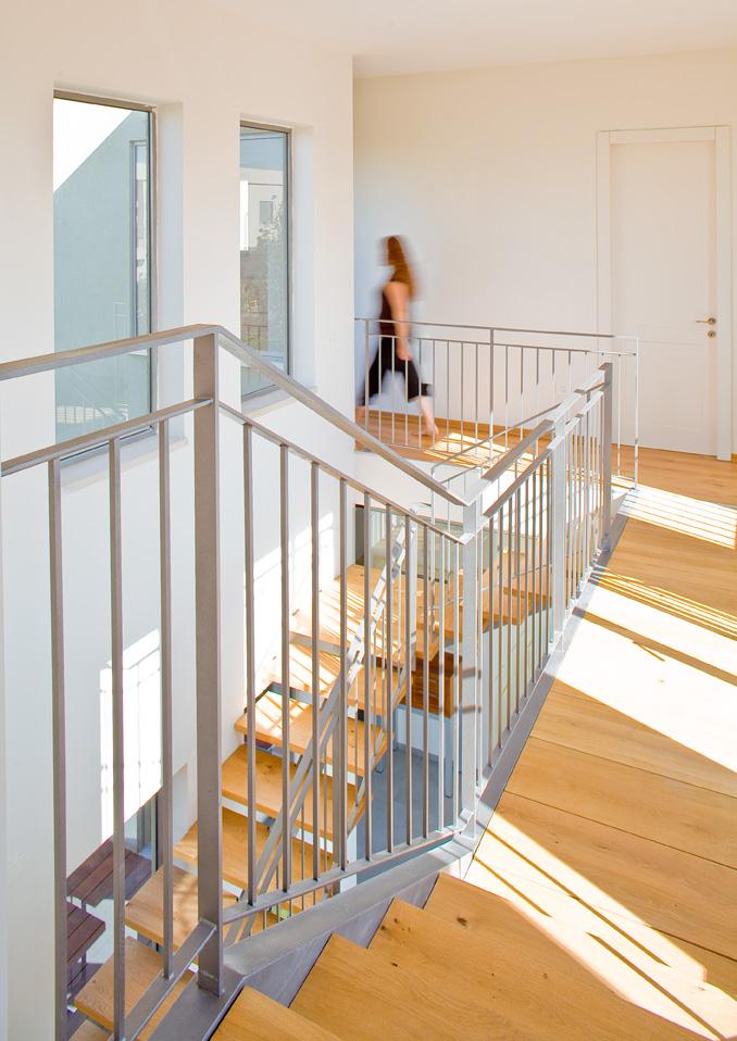 מדרגות קורה ישרה, חיפוי עץ ומעקה מתכת