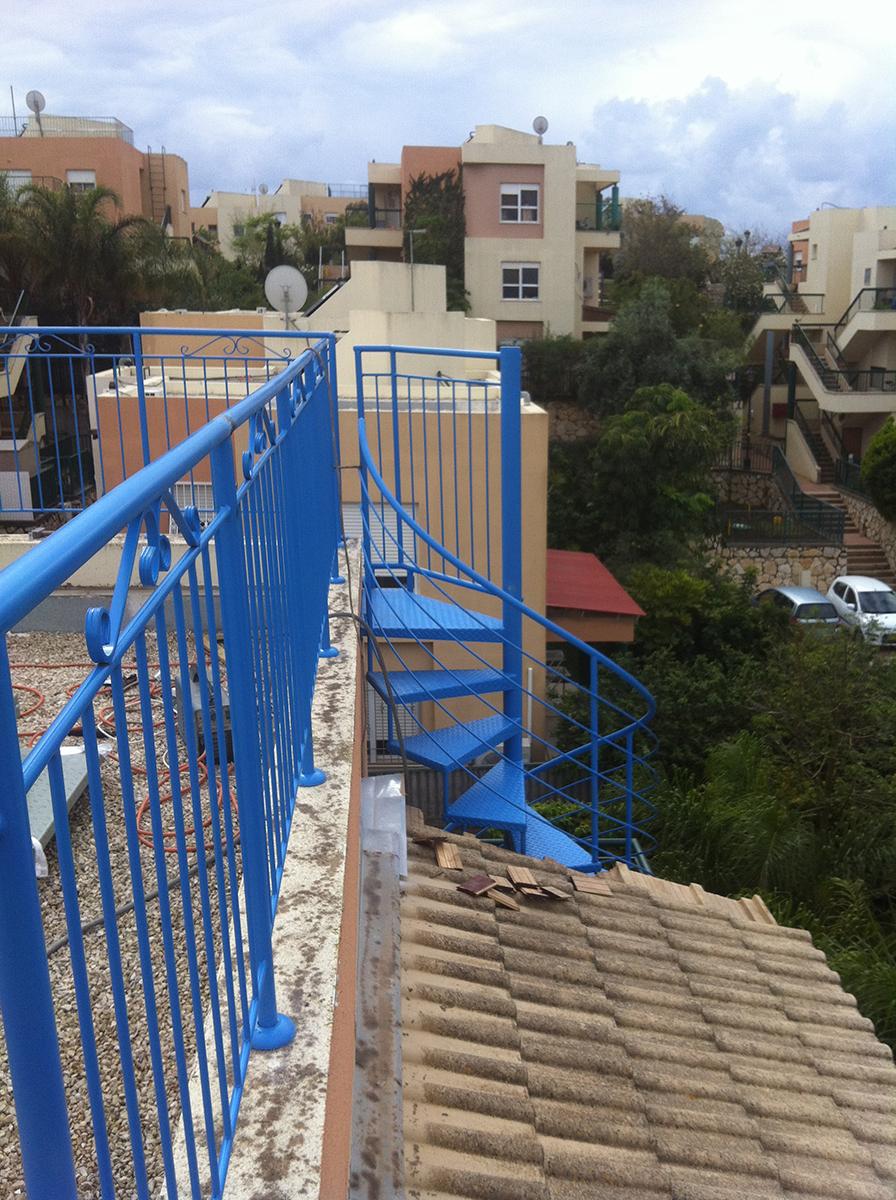 מדרגות לוליניות - ספירלה חיצוניות לגג בדירת גג בבנימינה