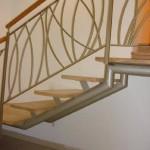 מדרגות קורה ישרה, חיפוי עץ ומעקה מתכת ועץ בטיחותי