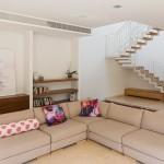 מדרגות מדורגות עם מעקה מתכת לבן בוילה בגבעתיים. הלקוחה אמנית והיתה שותפה בעיצוב ובתכנון המדרגות,למראה עדין קליל ואורירי.
