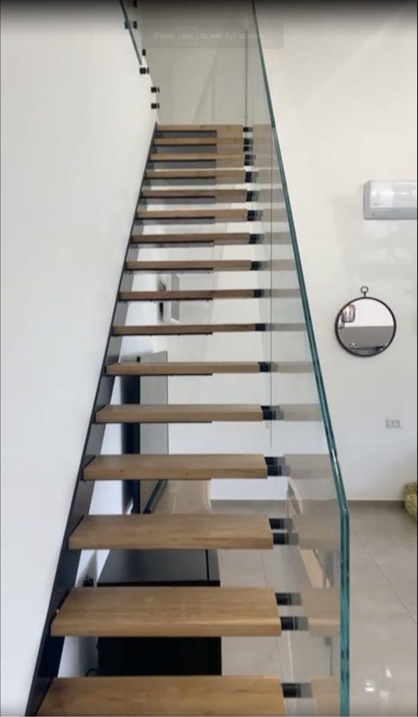 מדרגות מרחפות ממתכת בחיפוי עץ בוק